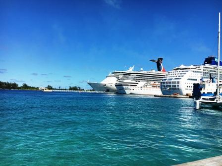 バハマの海とクルーズ船