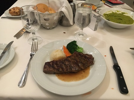夕食のステーキ